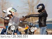 Купить «Мотоциклисты приветствуют друг друга в перчатках», фото № 28360551, снято 30 апреля 2018 г. (c) Кекяляйнен Андрей / Фотобанк Лори