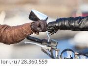 Купить «Мотоциклисты приветствуют друг друга ударом кулаков в мотоперчатках», фото № 28360559, снято 30 апреля 2018 г. (c) Кекяляйнен Андрей / Фотобанк Лори