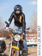 Купить «Девушка стантер стоит на мотоцикле», фото № 28360567, снято 30 апреля 2018 г. (c) Кекяляйнен Андрей / Фотобанк Лори