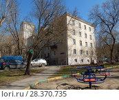 Купить «Четырёхэтажный двухподъездный кирпичный жилой дом индивидуального проекта (1950). 4-я Парковая улица, 5. Район Измайлово. Город Москва», эксклюзивное фото № 28370735, снято 24 апреля 2018 г. (c) lana1501 / Фотобанк Лори