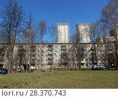 Купить «Пятиэтажный восьмиподъездный кирпичный жилой дом серии I-511, построен в 1965 году. Заводской проезд, 20. Район Измайлово. Москва», эксклюзивное фото № 28370743, снято 24 апреля 2018 г. (c) lana1501 / Фотобанк Лори