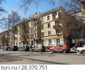 Купить «Четырёхэтажный двухподъездный кирпичный жилой дом индивидуального проекта, построен в 1950 году. 5-я Парковая улица, 5, корпус 1. Район Измайлово. Город Москва», эксклюзивное фото № 28370751, снято 24 апреля 2018 г. (c) lana1501 / Фотобанк Лори