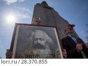 Купить «Коммунистическая партия РФ отмечает 200-летие со дня рождения Карла Маркса возложением цветов к памятнику Карла Маркса на Театральной площади города Москвы, Россия 5 мая 2018», фото № 28370855, снято 5 мая 2018 г. (c) Николай Винокуров / Фотобанк Лори
