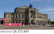 Купить «Здание оперного театра Земпера крупным планом. Дрезден, Германия», видеоролик № 28372891, снято 29 апреля 2018 г. (c) Виктор Карасев / Фотобанк Лори