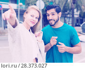 Купить «Woman is showing to stranger man the way to hotel», фото № 28373027, снято 10 августа 2017 г. (c) Яков Филимонов / Фотобанк Лори