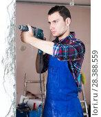 Купить «Builder handyman working with electric drill», фото № 28388559, снято 21 мая 2017 г. (c) Яков Филимонов / Фотобанк Лори