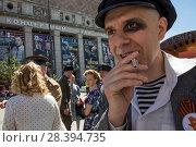 Купить «Реконструктор советского времени в роли хулигана послевоенного времени во время празднования 9 мая на Триумфальной площади в центре Москвы, 9 мая 2018», фото № 28394735, снято 9 мая 2018 г. (c) Николай Винокуров / Фотобанк Лори
