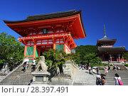 Купить «Ворота Нио, Западные ворота и трехъярусная пагода буддийского храмового комплекса Киёмидзу-дэра в Киото (Япония)», фото № 28397491, снято 1 сентября 2009 г. (c) Александр Гаценко / Фотобанк Лори