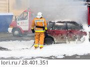 Купить «Пожарный у погашенного автомобиля.   Санкт-Петербурга», эксклюзивное фото № 28401351, снято 24 июня 2017 г. (c) Александр Щепин / Фотобанк Лори