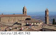 Купить «Средневековая католическая церковь над крышами Монтальчино. Тоскана, Италия», видеоролик № 28401743, снято 21 сентября 2017 г. (c) Виктор Карасев / Фотобанк Лори