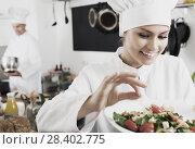 Купить «Woman chef serving fresh salad», фото № 28402775, снято 18 июля 2018 г. (c) Яков Филимонов / Фотобанк Лори