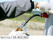 Купить «Россия, Тюменская область, Уватский район, Кальчинское месторождение нефти,  отбор нефти  на скважине для анализа», эксклюзивное фото № 28403883, снято 23 июля 2008 г. (c) Александр Циликин / Фотобанк Лори