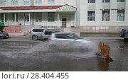 Купить «Движение автотранспорта по мокрой дороге после сильного дождя», видеоролик № 28404455, снято 12 мая 2018 г. (c) А. А. Пирагис / Фотобанк Лори