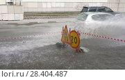 Купить «Движение автомобильного транспорта по мокрой дороге после сильного дождя», видеоролик № 28404487, снято 12 мая 2018 г. (c) А. А. Пирагис / Фотобанк Лори