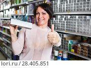 Купить «Brunette matching the hair dye color», фото № 28405851, снято 23 мая 2018 г. (c) Яков Филимонов / Фотобанк Лори