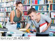 Купить «Teenagers looking for new books», фото № 28406099, снято 16 сентября 2016 г. (c) Яков Филимонов / Фотобанк Лори