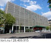 Купить «Пятиэтажное производственное здание, построенное в 1962 году. Универсам «Дикси». Щербаковская улица, 53, корпус 1. Район Соколиная гора. Москва», эксклюзивное фото № 28409915, снято 13 мая 2018 г. (c) lana1501 / Фотобанк Лори
