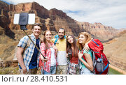 happy travelers taking selfie at grand canyon. Стоковое фото, фотограф Syda Productions / Фотобанк Лори