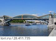 Красивый пешеходный мост Богдана Хмельницкого через Москву-реку в мае (2018 год). Редакционное фото, фотограф Овчинникова Ирина / Фотобанк Лори