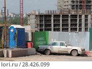 Купить «Офис продаж нового жилья. Строительство нового жилого комплекса на границе с Москвой в Мякинине», эксклюзивное фото № 28426099, снято 13 мая 2018 г. (c) Дмитрий Неумоин / Фотобанк Лори