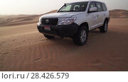 Купить «SUV at the top of the dune in the Rub al Khali desert, the wind chases the sand stock footage video», видеоролик № 28426579, снято 5 апреля 2018 г. (c) Юлия Машкова / Фотобанк Лори