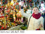 Купить «Female customer at the Christmas Fair», фото № 28427183, снято 24 мая 2018 г. (c) Яков Филимонов / Фотобанк Лори