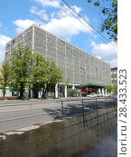 Купить «Производственное здание (построенное в 1962 году). Щербаковская улица, 53, корпус 1. Район Соколиная гора. Москва», эксклюзивное фото № 28433523, снято 13 мая 2018 г. (c) lana1501 / Фотобанк Лори
