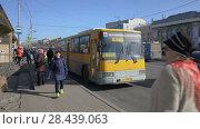 Купить «Пассажиры садятся в желтый городской маршрутный автобус», видеоролик № 28439063, снято 19 мая 2018 г. (c) А. А. Пирагис / Фотобанк Лори