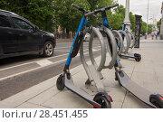Купить «Электросамокаты сервиса YouDrive lite на городской велопарковке», фото № 28451455, снято 22 мая 2018 г. (c) Дмитрий Рыженков / Фотобанк Лори