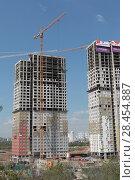Купить «Строительство нового жилого комплекса на границе с Москвой в Мякинино», эксклюзивное фото № 28454887, снято 13 мая 2018 г. (c) Дмитрий Неумоин / Фотобанк Лори