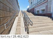 Купить «Омск. Современный большой пандус для инвалидных колясок как часть лестницы на улице Ленина», фото № 28462623, снято 21 мая 2018 г. (c) Круглов Олег / Фотобанк Лори