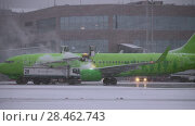 Купить «S7 Airliner being de-iced before the flight. Domodedovo Airport in Moscow», видеоролик № 28462743, снято 18 декабря 2017 г. (c) Данил Руденко / Фотобанк Лори