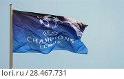 Купить «Флаг Лиги Чемпионов УЕФА (Союза европейских футбольных ассоциаций) развевается на ветру на фоне синего неба», видеоролик № 28467731, снято 23 мая 2018 г. (c) FMRU / Фотобанк Лори