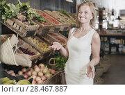 Купить «Woman shopping veggies», фото № 28467887, снято 27 мая 2019 г. (c) Яков Филимонов / Фотобанк Лори
