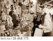 Купить «Happy family at Christmas market», фото № 28468175, снято 16 июня 2019 г. (c) Яков Филимонов / Фотобанк Лори