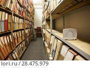 Купить «Измеритель влажности и температуры в помещении архива», фото № 28475979, снято 27 апреля 2018 г. (c) Кекяляйнен Андрей / Фотобанк Лори