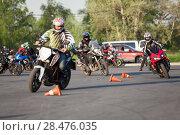 Купить «Мотоциклисты повышают навыки владения мотоциклом на занятиях. Мотоджимхана», фото № 28476035, снято 17 мая 2018 г. (c) Кекяляйнен Андрей / Фотобанк Лори