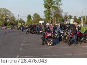 Купить «Скопление мотоциклистов на городской площади», фото № 28476043, снято 17 мая 2018 г. (c) Кекяляйнен Андрей / Фотобанк Лори