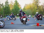 Купить «Тренировка мотоциклистов на парковке, заезд среди разложенных конусов», фото № 28476099, снято 17 мая 2018 г. (c) Кекяляйнен Андрей / Фотобанк Лори