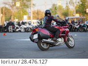 Купить «Вид сзади на поворачивающего на мотоцикле мотоциклиста», фото № 28476127, снято 17 мая 2018 г. (c) Кекяляйнен Андрей / Фотобанк Лори