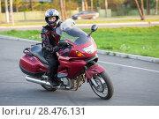 Купить «Мотоциклист на мотоцикле в повороте», фото № 28476131, снято 17 мая 2018 г. (c) Кекяляйнен Андрей / Фотобанк Лори