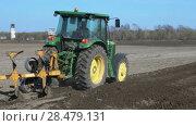 Купить «Весенняя пахота, трактор с плугом вспахивает поле», видеоролик № 28479131, снято 30 мая 2018 г. (c) А. А. Пирагис / Фотобанк Лори