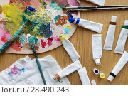 Купить «palette, brushes and paint tubes on table», фото № 28490243, снято 1 июня 2017 г. (c) Syda Productions / Фотобанк Лори