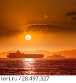 Alcatraz island penitentiary at sunset and merchant ship in san Francisco California USA (2013 год). Стоковое фото, фотограф Tono Balaguer / Ingram Publishing / Фотобанк Лори