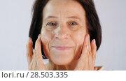 Купить «Adult woman applying cream», видеоролик № 28503335, снято 5 января 2018 г. (c) Илья Шаматура / Фотобанк Лори