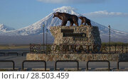 """Купить «Монумент """"Медведица с медвежонком"""" на фоне Корякского вулкана. Time lapse», видеоролик № 28503459, снято 30 мая 2018 г. (c) А. А. Пирагис / Фотобанк Лори"""