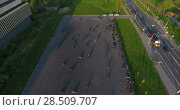Купить «Мотоциклы проезжают змейкой вокруг конусов. Тренировка по джимхане на стоянке возле Макаровки, Стрельна. Вид с квадрокоптера», видеоролик № 28509707, снято 30 мая 2018 г. (c) Кекяляйнен Андрей / Фотобанк Лори