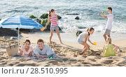 Купить «Parents and playing children on beach», фото № 28510995, снято 7 июля 2020 г. (c) Яков Филимонов / Фотобанк Лори