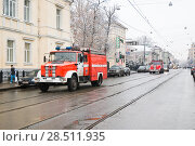 Купить «Пожарные машины едут на вызов. Москва (2009 год)», эксклюзивное фото № 28511935, снято 17 ноября 2009 г. (c) Алёшина Оксана / Фотобанк Лори