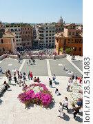 Вид с Испанской лестницы. Солнечный весенний день в Риме. Италия (2018 год). Редакционное фото, фотограф E. O. / Фотобанк Лори